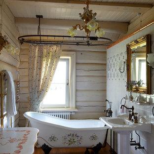 Ispirazione per una stanza da bagno stile shabby di medie dimensioni con vasca con piedi a zampa di leone, pavimento in legno massello medio, lavabo a colonna, pareti bianche e doccia con tenda