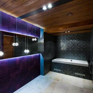 Неиссякаемый источник вдохновения для домашнего уюта: ванная комната в современном стиле с ванной в нише, черной плиткой и открытым душем