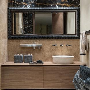 Пример оригинального дизайна: ванная комната среднего размера в современном стиле с плоскими фасадами, фасадами цвета дерева среднего тона, бежевой плиткой, плиткой из травертина, полом из травертина, столешницей из дерева, настольной раковиной, душевой кабиной, бежевым полом и коричневой столешницей