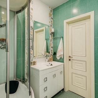 Новые идеи обустройства дома: маленькая ванная комната в современном стиле с плоскими фасадами, белыми фасадами, белой плиткой, зеленой плиткой, монолитной раковиной, душем над ванной, полом из керамической плитки, зеленым полом, душевой кабиной и душем с раздвижными дверями