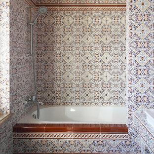 Foto de cuarto de baño de estilo zen, pequeño, con armarios abiertos, sanitario de una pieza, baldosas y/o azulejos rojos, baldosas y/o azulejos de cerámica, parades naranjas, suelo de baldosas de cerámica, lavabo con pedestal, encimera de azulejos, suelo marrón y encimeras rojas