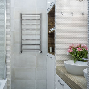 Новый формат декора квартиры: главная ванная комната в современном стиле с плоскими фасадами, белыми фасадами, настольной раковиной, серым полом, коричневой столешницей и серой плиткой