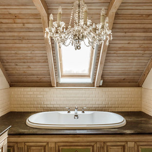 Неиссякаемый источник вдохновения для домашнего уюта: главная ванная комната в стиле фьюжн с накладной ванной, бежевой плиткой, плиткой кабанчик и коричневыми стенами