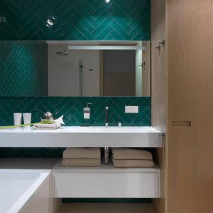Idéer för ett modernt vit en-suite badrum, med vita skåp, ett badkar i en alkov, grön kakel, öppna hyllor och beiget golv