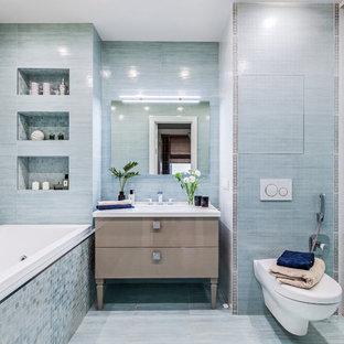 Idee per una stanza da bagno con doccia tradizionale con consolle stile comò, ante beige, vasca da incasso, doccia alcova, WC sospeso, pareti blu, porta doccia scorrevole e top bianco