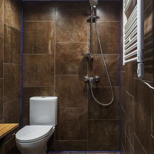 На фото: маленькая ванная комната в современном стиле с душем без бортиков, керамогранитной плиткой, полом из керамогранита, душевой кабиной, столешницей из дерева, открытым душем, раздельным унитазом, коричневой плиткой и коричневым полом с