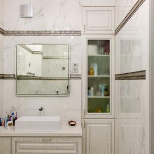 Свежая идея для дизайна: ванная комната в стиле современная классика с фасадами с выступающей филенкой, белыми фасадами, белой плиткой, настольной раковиной и белой столешницей - отличное фото интерьера