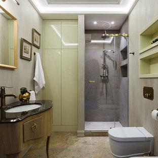 Стильный дизайн: ванная комната в современном стиле с фасадами цвета дерева среднего тона, душем в нише, инсталляцией, душевой кабиной, врезной раковиной, бежевым полом, фасадами островного типа, серой плиткой и бежевыми стенами - последний тренд