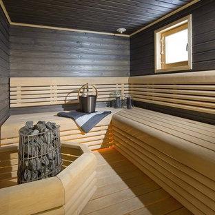Неиссякаемый источник вдохновения для домашнего уюта: баня и сауна в скандинавском стиле с черными стенами, светлым паркетным полом и бежевым полом