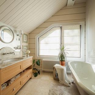Неиссякаемый источник вдохновения для домашнего уюта: главная ванная комната среднего размера в классическом стиле с ванной на ножках, врезной раковиной, фасадами с утопленной филенкой, бежевыми фасадами и бежевыми стенами