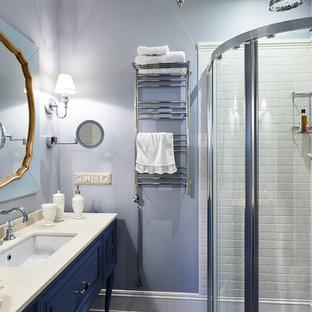 Неиссякаемый источник вдохновения для домашнего уюта: ванная комната в классическом стиле с фасадами с выступающей филенкой, синими фасадами, угловым душем, серой плиткой, серыми стенами, душевой кабиной, врезной раковиной и душем с раздвижными дверями