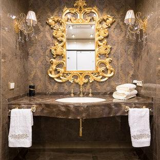 Новые идеи обустройства дома: ванная комната в классическом стиле с коричневыми стенами, врезной раковиной, коричневым полом и коричневой столешницей