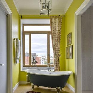Стильный дизайн: главная ванная комната в стиле фьюжн с ванной на ножках, желтыми стенами и полом из керамической плитки - последний тренд
