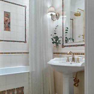На фото: маленькая главная ванная комната в классическом стиле с раковиной с пьедесталом, шторкой для ванной, накладной ванной, бежевой плиткой, разноцветной плиткой и разноцветным полом