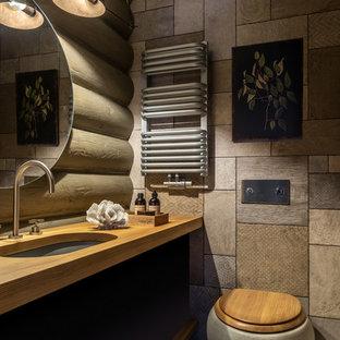 Идея дизайна: ванная комната в стиле кантри с инсталляцией, серой плиткой, врезной раковиной, столешницей из дерева, плоскими фасадами и фасадами цвета дерева среднего тона