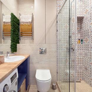 Идея дизайна: ванная комната в современном стиле с синими фасадами, разноцветной плиткой, накладной раковиной, бежевым полом, коричневой столешницей, открытыми фасадами, раздельным унитазом, душевой кабиной и душем с раздвижными дверями