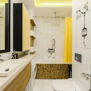 На фото: главная ванная комната среднего размера в современном стиле с плоскими фасадами, фасадами цвета дерева среднего тона, ванной в нише, душем над ванной, инсталляцией, белой плиткой, желтой плиткой, черной плиткой, белыми стенами, плиткой мозаикой, настольной раковиной и шторкой для ванной
