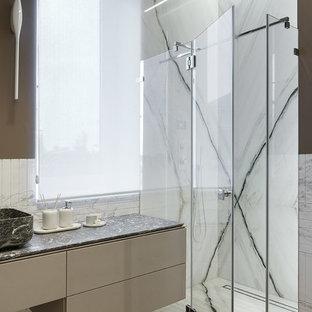Пример оригинального дизайна: ванная комната в современном стиле с мраморной плиткой, мраморной столешницей, серой столешницей, коричневыми стенами, плоскими фасадами, душем без бортиков, черно-белой плиткой, душевой кабиной, настольной раковиной, душем с распашными дверями, коричневыми фасадами и коричневым полом