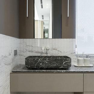 Свежая идея для дизайна: ванная комната в современном стиле с мраморной плиткой, мраморной столешницей, серой столешницей, коричневыми стенами, плоскими фасадами, коричневыми фасадами, белой плиткой, настольной раковиной и коричневым полом - отличное фото интерьера