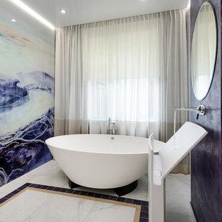Удачное сочетание для дизайна помещения: ванная комната в современном стиле с отдельно стоящей ванной, раковиной с пьедесталом и белым полом - самое интересное для вас