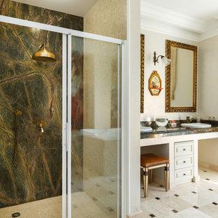 На фото: главные ванные комнаты в классическом стиле с фасадами с выступающей филенкой, белыми фасадами, душем в нише, бежевой плиткой, плиткой мозаикой, бежевыми стенами, накладной раковиной, бежевым полом и душем с раздвижными дверями