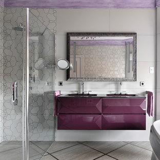 Пример оригинального дизайна: главная ванная комната в современном стиле с фиолетовыми фасадами, душем без бортиков, белой плиткой, серой плиткой, серым полом, фасадами с выступающей филенкой, белыми стенами, монолитной раковиной, душем с распашными дверями и фиолетовой столешницей