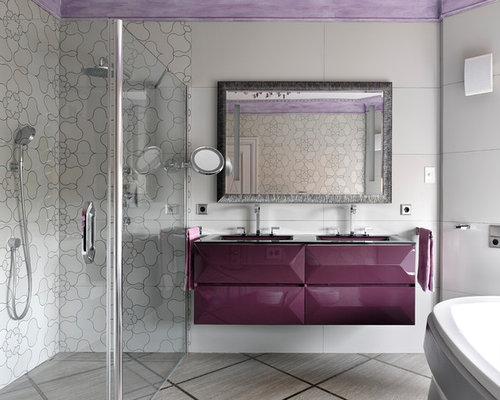 Bagno con ante viola e piastrelle grigie foto idee arredamento
