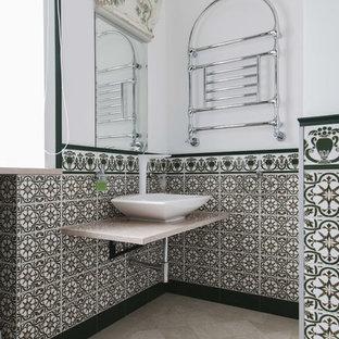 Новые идеи обустройства дома: ванная комната в стиле фьюжн с настольной раковиной, зеленой плиткой, белыми стенами и бежевым полом