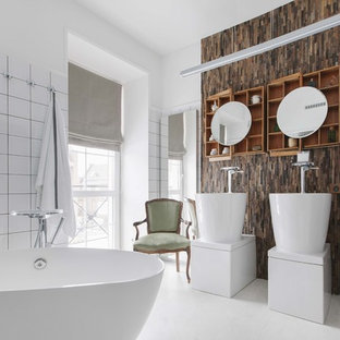 Пример оригинального дизайна интерьера: главная ванная комната в современном стиле с отдельно стоящей ванной, белой плиткой, белыми стенами, раковиной с пьедесталом и белым полом