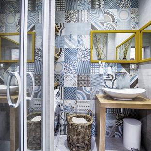 Свежая идея для дизайна: ванная комната в стиле современная классика с открытыми фасадами, душем в нише, синей плиткой, душевой кабиной и настольной раковиной - отличное фото интерьера