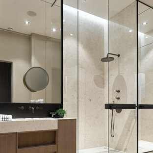 Идея дизайна: большая главная ванная комната в современном стиле с плоскими фасадами, фасадами цвета дерева среднего тона, душем в нише, бежевой плиткой, светлым паркетным полом, бежевым полом и бежевой столешницей