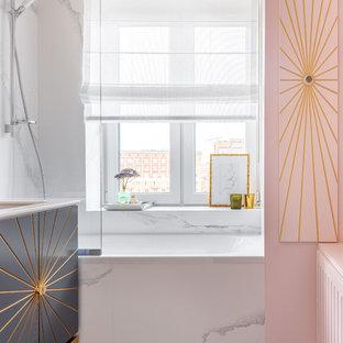 Свежая идея для дизайна: главная ванная комната в современном стиле с плоскими фасадами, серыми фасадами, ванной в нише, душем над ванной, белой плиткой, розовыми стенами, врезной раковиной, серым полом и белой столешницей - отличное фото интерьера