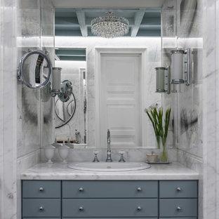 Идея дизайна: большая ванная комната в стиле неоклассика (современная классика) с белой плиткой, мраморной плиткой, мраморной столешницей, белой столешницей и серыми фасадами