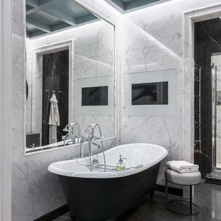 Ejemplo de cuarto de baño principal, bohemio, grande, con baldosas y/o azulejos de mármol, bañera con patas y suelo gris