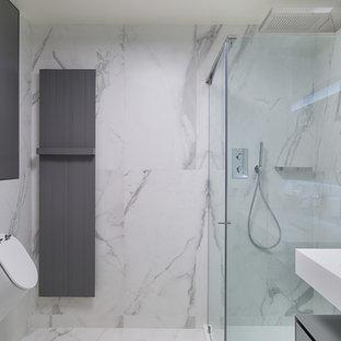 Idee per una stanza da bagno con doccia nordica con doccia ad angolo, orinatoio, piastrelle bianche e lavabo integrato
