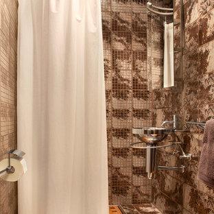 На фото: маленькая ванная комната в современном стиле с душем без бортиков, керамогранитной плиткой, полом из керамогранита, душевой кабиной, подвесной раковиной, раздельным унитазом, коричневой плиткой и шторкой для душа с