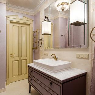 Свежая идея для дизайна: ванная комната в классическом стиле с бежевой плиткой, фиолетовыми стенами, настольной раковиной, бежевым полом, белой столешницей, плоскими фасадами и коричневыми фасадами - отличное фото интерьера