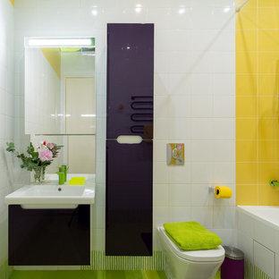 Ejemplo de cuarto de baño infantil, bohemio, de tamaño medio, con armarios con paneles lisos, puertas de armario violetas, bañera encastrada sin remate, baldosas y/o azulejos amarillos, baldosas y/o azulejos de cerámica, paredes blancas y suelo de baldosas de porcelana