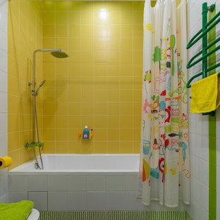 Idee per una stanza da bagno per bambini boho chic di medie dimensioni con piastrelle gialle, piastrelle in ceramica, pareti bianche, pavimento in gres porcellanato, vasca ad alcova, vasca/doccia, pavimento verde e doccia con tenda