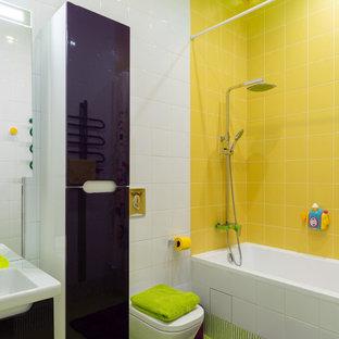 Foto di una stanza da bagno per bambini eclettica di medie dimensioni con ante lisce, ante viola, vasca sottopiano, piastrelle gialle, piastrelle in ceramica, pareti bianche e pavimento in gres porcellanato