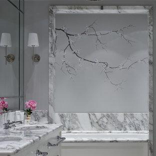 Свежая идея для дизайна: главная ванная комната в стиле современная классика с плоскими фасадами, белыми фасадами, ванной в нише, серыми стенами и врезной раковиной - отличное фото интерьера