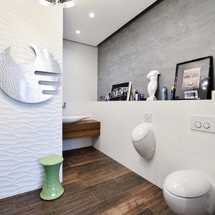 Exemple d'une salle de bain tendance avec un urinoir.