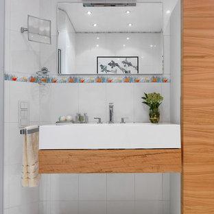 Идея дизайна: ванная комната в современном стиле с разноцветной плиткой, белой плиткой, подвесной раковиной, белым полом и белой столешницей