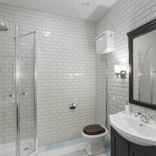Неиссякаемый источник вдохновения для домашнего уюта: ванная комната в классическом стиле с фасадами в стиле шейкер, черными фасадами, угловым душем, раздельным унитазом, белой плиткой, плиткой кабанчик, белыми стенами, душевой кабиной, консольной раковиной и душем с распашными дверями