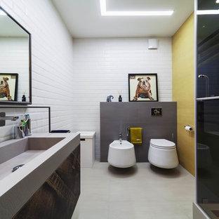 Foto de cuarto de baño infantil, contemporáneo, con armarios con paneles lisos, puertas de armario marrones, ducha empotrada, baldosas y/o azulejos blancos, baldosas y/o azulejos de cemento, ducha con puerta con bisagras, bidé, paredes amarillas, lavabo integrado y suelo gris