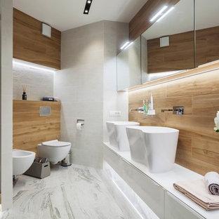 Пример оригинального дизайна: баня и сауна в современном стиле с плоскими фасадами, белыми фасадами, инсталляцией, настольной раковиной, белым полом, душем в нише и душем с распашными дверями