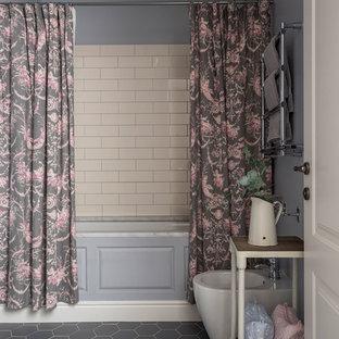 Свежая идея для дизайна: главная ванная комната среднего размера в классическом стиле с ванной в нише, белой плиткой, керамической плиткой, серыми стенами, полом из керамической плитки, серым полом и биде - отличное фото интерьера