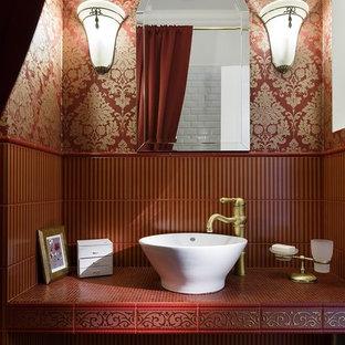 Ispirazione per una stanza da bagno classica con piastrelle rosse, pareti rosse, lavabo a bacinella, top piastrellato e nessun'anta