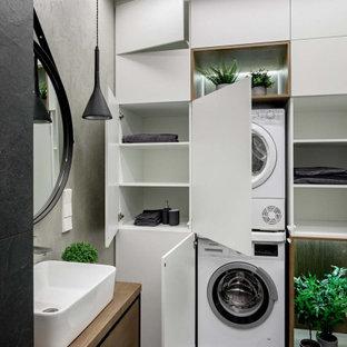 Idéer för nordiska badrum, med släta luckor och vita skåp
