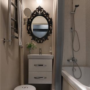 Пример оригинального дизайна: главная ванная комната в современном стиле с плоскими фасадами, белыми фасадами, ванной в нише, душем над ванной, белой плиткой, плиткой кабанчик, бежевыми стенами, монолитной раковиной, разноцветным полом и шторкой для душа